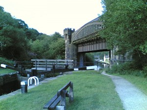 Rochdale_canal_railway_viaduct