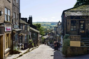 BRMFY2 The main street in the village of Haworth, West Yorkshire, England, UK